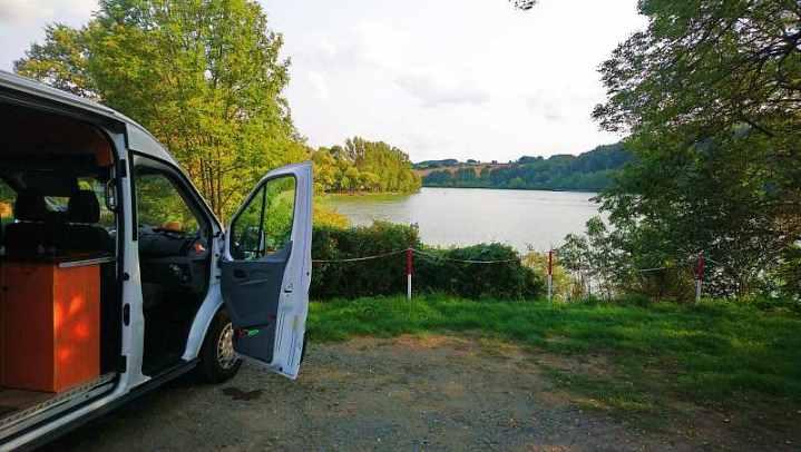 Campen an der Talsperre Pirk - gebührenpflichtiger Parkplatz (nicht zu teuer)