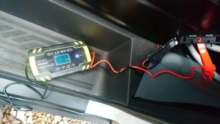Ford Transit Batterie laden